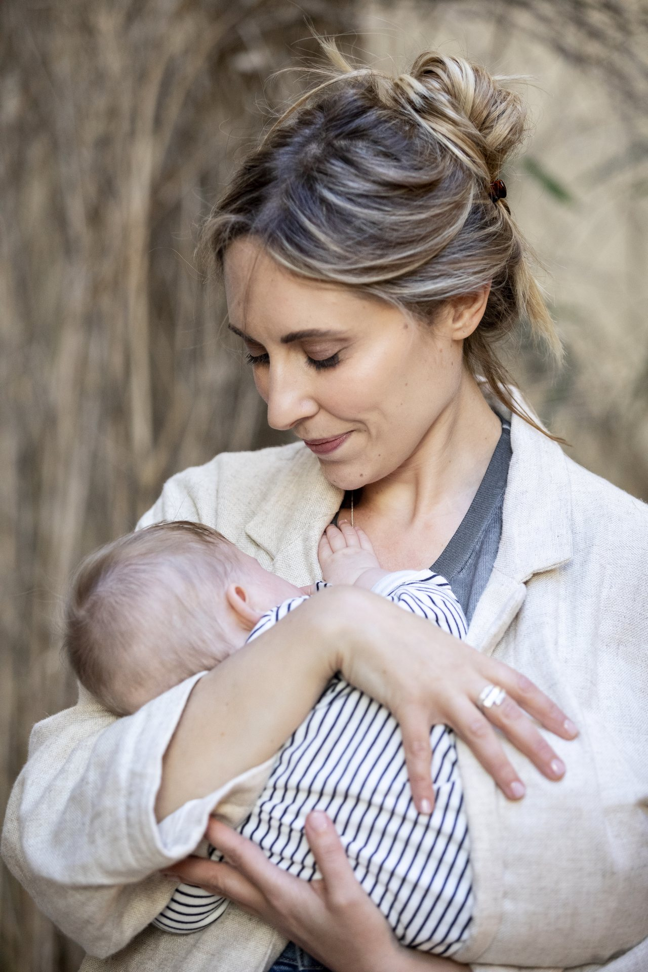 Elena con un neonato in braccio